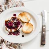 Queso de cabra suave con la salsa de la baya, el vinagre balsámico y las nueces - un aperitivo delicioso con el vino Fotos de archivo libres de regalías