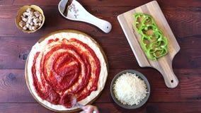 Queso de extensión de la mozzarella en una pizza almacen de video