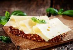 Queso de Gouda en el pan del trigo integral Fotos de archivo libres de regalías