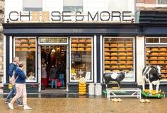 Queso de Holanda y entrada tradicionales de la tienda de la lechería fotos de archivo