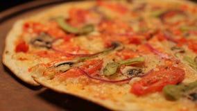 Queso de la pizza hecho en casa en la placa de madera almacen de metraje de vídeo