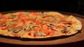 Queso de la pizza hecho en casa en la placa de madera almacen de video