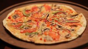 Queso de la pizza hecho en casa en la placa de madera metrajes