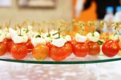 Queso de las aceitunas de los tomates de cereza en el aperitivo de madera del palillo Fotos de archivo