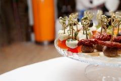Queso de las aceitunas de los tomates de cereza en el aperitivo de madera del palillo Imagenes de archivo