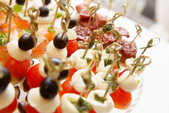 Queso de las aceitunas de los tomates de cereza en el aperitivo de madera del palillo Fotografía de archivo