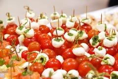 Queso de las aceitunas de los tomates de cereza en el aperitivo de madera del palillo Imagen de archivo