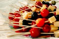Queso de las aceitunas de los tomates de cereza en el aperitivo de madera del palillo, comida campestre Fotos de archivo