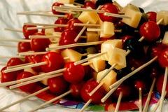Queso de las aceitunas de los tomates de cereza en el aperitivo de madera del palillo, comida campestre Imagenes de archivo