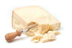 Queso de parmesano con el cuchillo Imagen de archivo