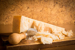 Queso de parmesano con el cuchillo Fotografía de archivo libre de regalías