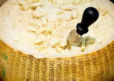 Queso de parmesano con el cuchillo Imagen de archivo libre de regalías