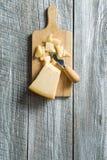 Queso de parmesano con el cuchillo Fotos de archivo libres de regalías