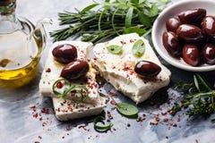 Queso de queso Feta con las aceitunas Imagen de archivo