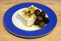 Queso de queso Feta y aceitunas negras Foto de archivo libre de regalías