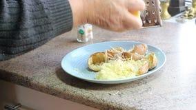 Queso de rejilla en las patatas cocido o de chaqueta almacen de metraje de vídeo