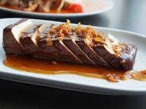 Queso de soja chino de la comida (cuajada de la soja) con la salsa de soja en el plato blanco Imágenes de archivo libres de regalías