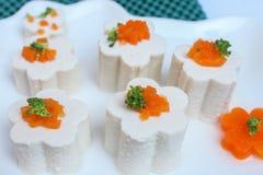 Queso de soja con la verdura, zanahoria, salsa de soja, en plato foto de archivo