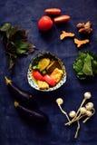 Queso de soja de la berenjena del vegano con los tomates, el ajo y las hierbas Foto de archivo