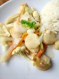 Queso de soja frito con las verduras en el plato blanco con arroz tailandés del jazmín en fondo de madera Alimento tailandés del  Fotos de archivo libres de regalías
