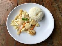 Queso de soja frito con las verduras en el plato blanco con arroz tailandés del jazmín en fondo de madera Alimento tailandés del  Imagen de archivo libre de regalías