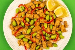 Queso de soja profundo de Fried Chinese Style Vegetarian o del vegano con rojo picante Imágenes de archivo libres de regalías