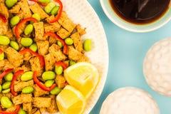 Queso de soja profundo de Fried Chinese Style Vegetarian o del vegano con rojo picante Fotos de archivo