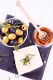 Queso del Adygei con la miel y las aceitunas Fotos de archivo libres de regalías