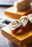 Queso del aguacate del sushi de las huevas de los pescados, sésamo foto de archivo