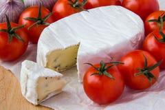 Queso del brie con los tomates de cereza Fotografía de archivo libre de regalías