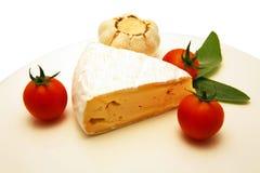 Queso del camembert con el tomate y el ajo Fotos de archivo libres de regalías