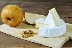 Queso del camembert con las peras y la nuez Fotos de archivo