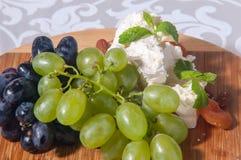 Queso del camembert con las uvas, la miel y las nueces en backgroun de madera Fotografía de archivo libre de regalías