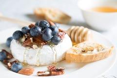 Queso del camembert con los arándanos de la miel, nuts y frescos foto de archivo