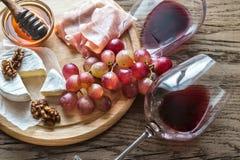 Queso del camembert con los vidrios de vino rojo Fotografía de archivo libre de regalías