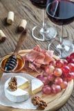 Queso del camembert con los vidrios de vino rojo Imágenes de archivo libres de regalías