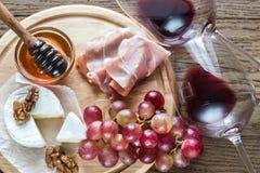 Queso del camembert con los vidrios de vino rojo Imagenes de archivo