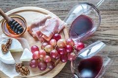 Queso del camembert con los vidrios de vino rojo Fotografía de archivo