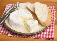 Queso del camembert con pan Imágenes de archivo libres de regalías