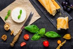Queso del camembert con pan francés imágenes de archivo libres de regalías