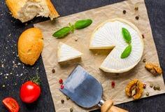 Queso del camembert con pan y el tomate imagen de archivo