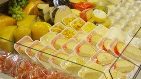 ... Queso del primer en tienda escena Vista del refrigerador de la tienda  con queso en envasado c5b9458e4fb4