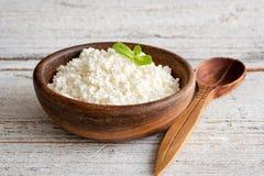 Queso del Ricotta, queso cuajado, queso de los granjeros o tvorog en cuenco de madera imagen de archivo
