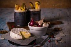 Queso derretido caliente del camembert en el tablero de madera con la cebolla y las patatas fritas Imágenes de archivo libres de regalías