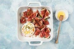Queso e higos cocidos del camembert con las nueces y la miel Fotos de archivo libres de regalías