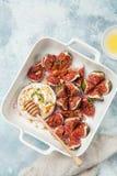 Queso e higos cocidos del camembert con las nueces y la miel Fotos de archivo