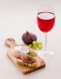 Queso feta con el higo maduro y el vino rojo Fotos de archivo