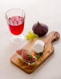 Queso feta con los higos maduros y el vino rojo Foto de archivo libre de regalías