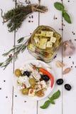 Queso feta en una tabla de madera blanca Imagen de archivo libre de regalías