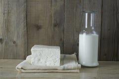 Queso feta fresco con la botella de leche Fotografía de archivo